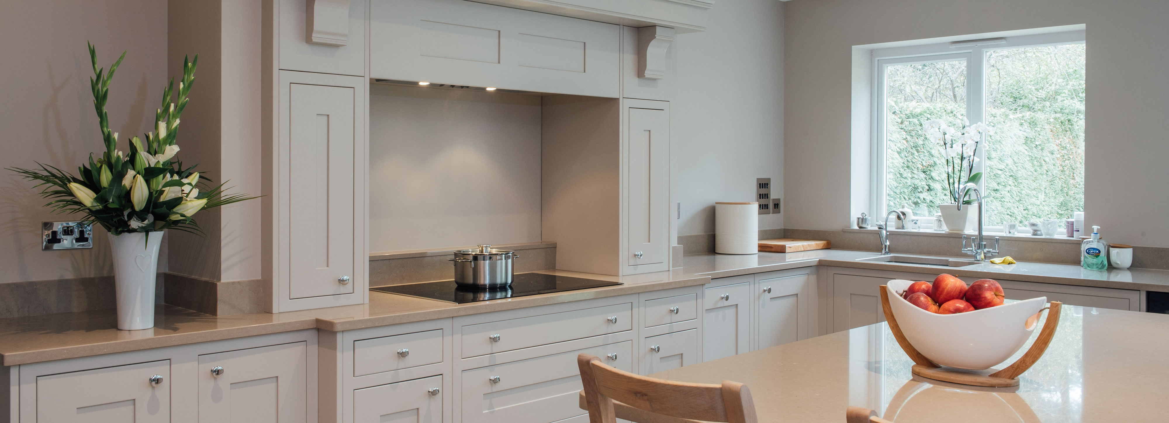 Classic kitchen design and installation surrey raycross for Classic kitchen
